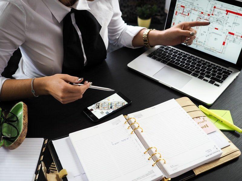 Hoe kleed ik mij op kantoor? 10 Tips voor mannen én vrouwen!